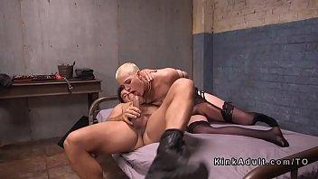 short black haired dp Jeune couple baise devant camra